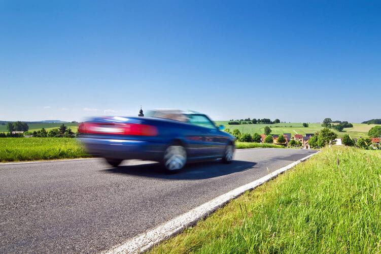 ein Cabrio im Sommer auf einer Landstrasse