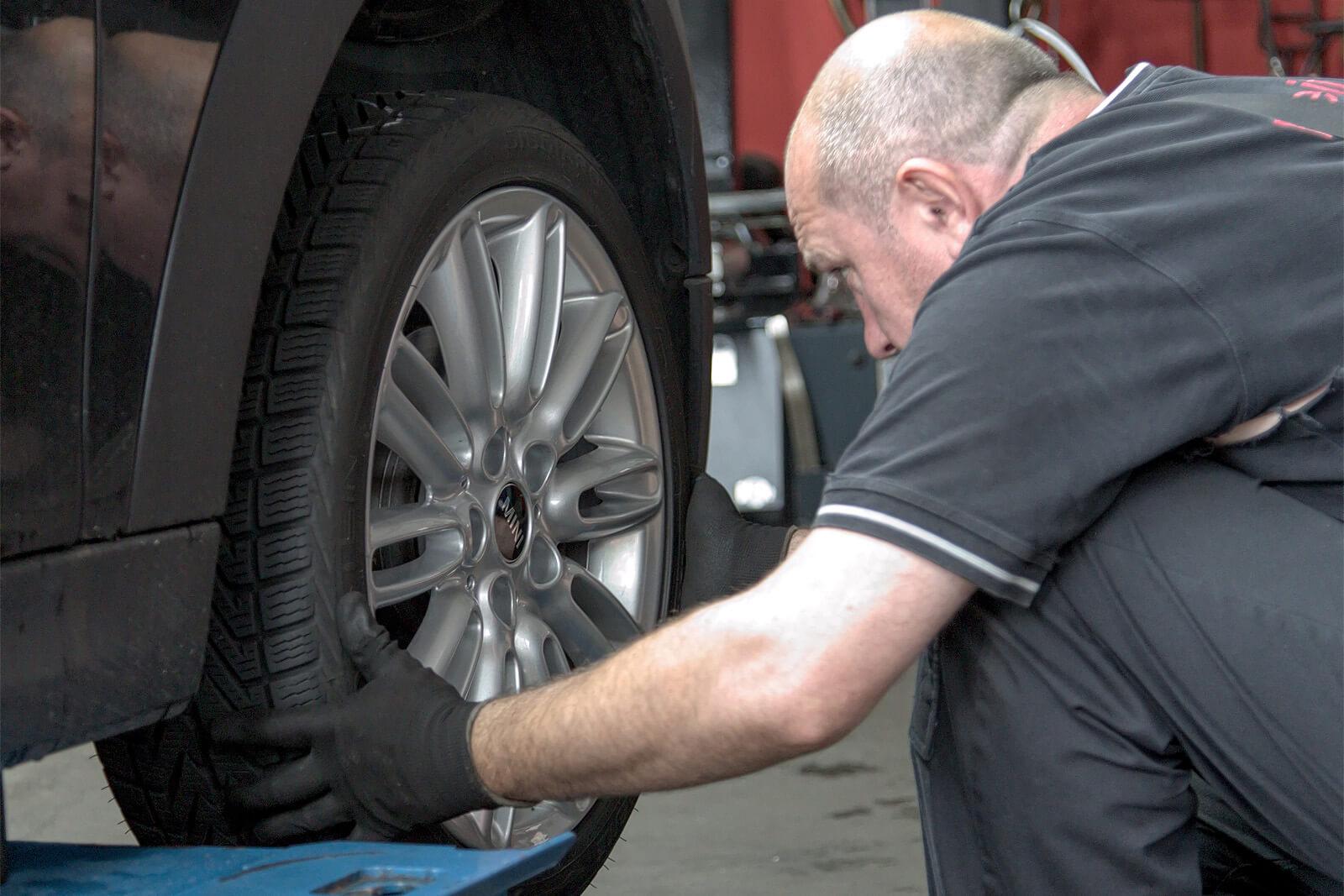 ein Mechaniker wechselt einen Reifen