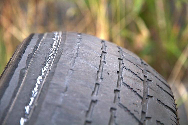 Reifenschaden - sichtbare Reifenkarkasse